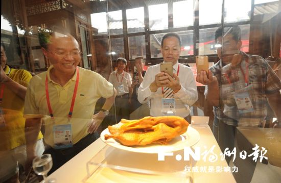 看到福州民间寿山石雕刻工艺巧夺天工,嘉宾们赞叹不已。