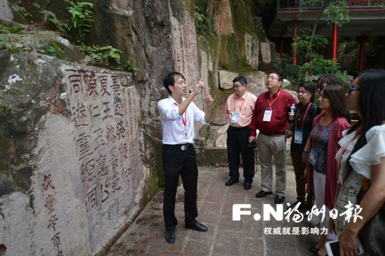 鼓山摩崖石刻吸引嘉宾。