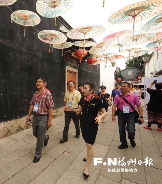 行走在福州坊巷间,嘉宾们被头顶福州纸伞吸引。