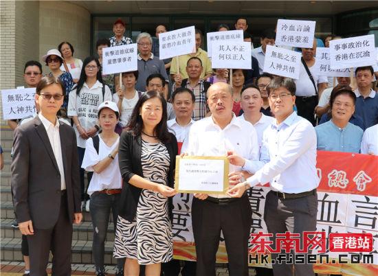 晋江总会主席洪顶超(右二)向校方递交公开信,副校长(行政)黄敏儿(左二)代表教大接收。