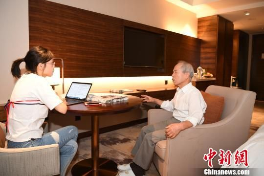 9月10日,作为中国通信社董事长,受邀前来福州参加第九届世界华文传媒论坛的薛永祥接受中新社记者采访。张斌 摄
