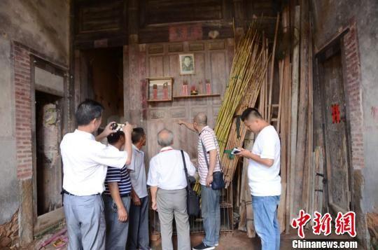 薛永祥在亲人的陪伴下,来到父母的出生地。 陈芝宽 摄