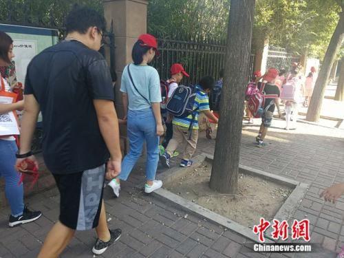 某托管机构接小学生放学 中新网记者 张尼 摄