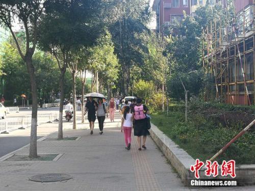 家长接孩子放学 中新网记者 张尼 摄