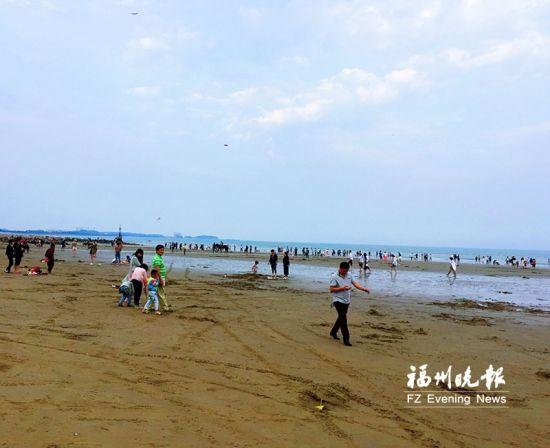 游客在漳港百户澳海滩游玩。