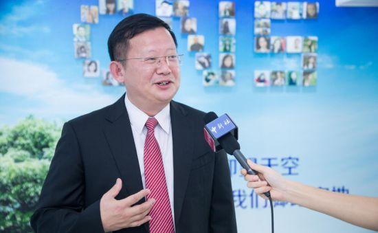 丘亮新正在接受中新网记者采访。李南轩 摄