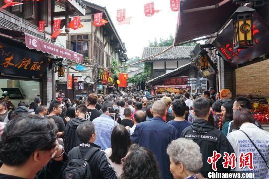 资料图:重庆磁器口古镇被国内外游客挤爆。 孙权 摄