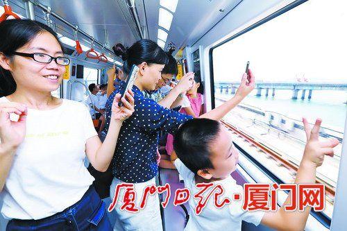 地铁经过海堤时,窗外的景色吸引了许多人拍照留念。