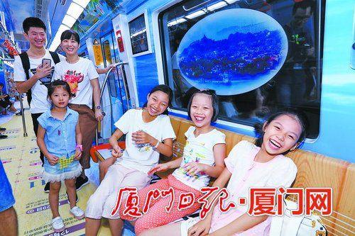 市民在鼓浪屿主题车厢上愉快合影。