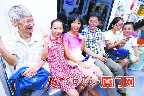 携家带口来乘坐地铁的市民非常多。
