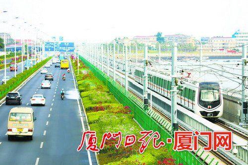 地铁经过集杏海堤后行驶在集美车站与园博苑之间。