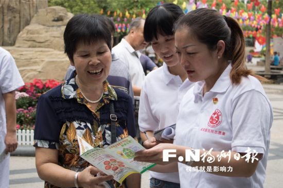 闽清县医院党员医生在为市民义诊。