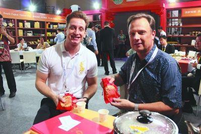 两位外国朋友拿到多彩闽茶锦袋,欢喜之情溢于言表。