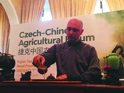 """捷克茶艺师亚罗米尔·霍拉克,在""""闽茶海丝行""""欧洲站展示自己的茶艺。"""