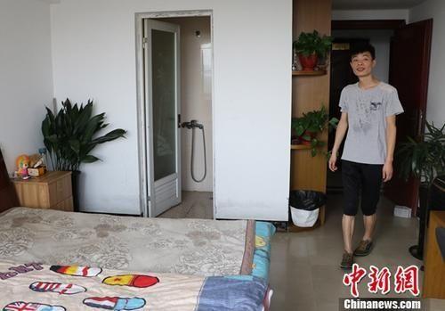 8月9日,台州玉环一名小伙展示自己通过当地租房平台找到的房子。中新社记者 王刚 摄