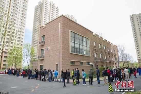 资料图:北京,在燕保·马泉营家园公租房项目现场排队办理公租房登记的队伍。图片来源:视觉中国