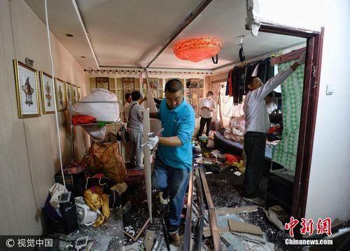 """某地街道办事处联合物业、社区、警务、业委会,共同""""盯防""""整治拆除群租房。图片来源:视觉中国"""