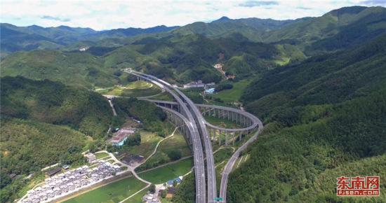 """南平联络线是连接""""海西网""""与""""国高网""""两条高速公路的一条快速通道,今年9月初通车。(高速公路公司供图)"""