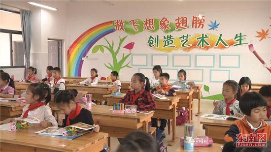 孩子们在三官堂小学上课。 张立庆摄