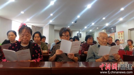 军门社区印制了3000多册《党的十九大报告民生精要内容》发放给社区居民。黄雪玲 摄