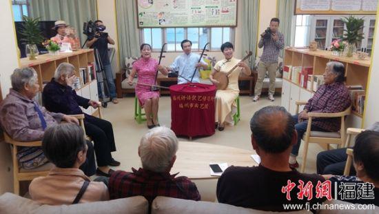 福州评话伬艺传习所三位演艺人员以文艺演出的方式,与社区居民一起学习党的十九大精神。黄雪玲 摄