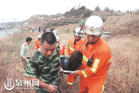 救援人员将受伤女子送往医院