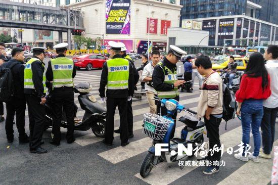 13日下午,交警支队在东街口开展非机动车交通违法整治行动。记者 陈暖 摄