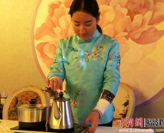 图为越一 (yoe)全自动茶壶3日在北京与新闻界见面