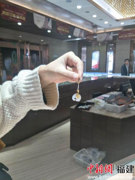 图为上塘珠宝城所销售的珠宝加工作品。林玲 摄
