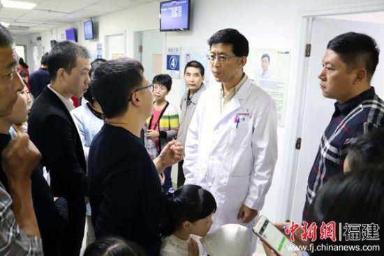 庞继景教授工作中。