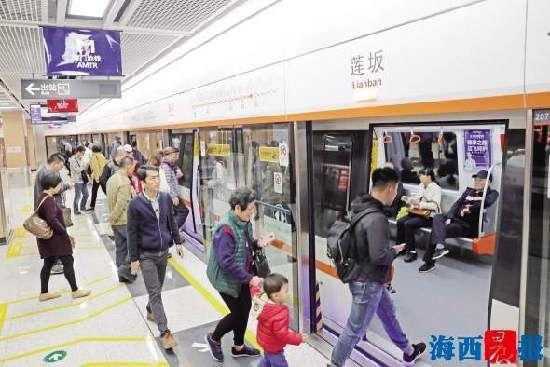 昨日,厦门地铁迎来正式开通后首个工作日。早高峰时段,不少市民选择乘坐地铁出行。记者 陈理杰摄