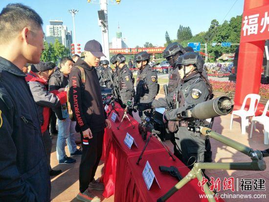"""当日上午,福州市公安局组织指挥中心、边防、消防、巡特警、交警等警种部门,在五一广场开展以""""110,守护新时代美好生活""""为主题的""""110宣传日""""集中宣传活动。林玲 摄"""
