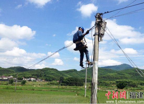 电信施工人员架设光纤线路。