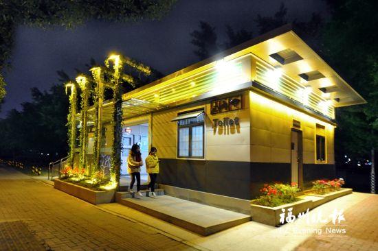 花海公园公厕位于南江滨花海公园门口,为2017年建成的箱体组合式移动公厕,造型美观、时尚,立体绿化让人眼前一亮,设施设备齐全。