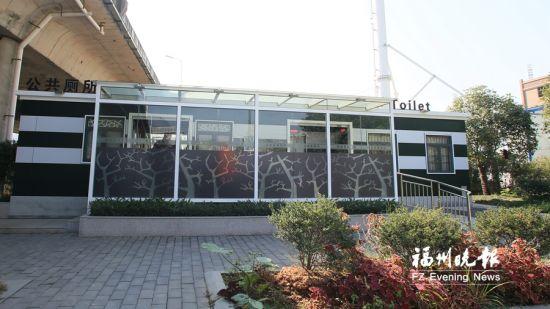 鳌港路公厕位于三环高架桥下,占地64平方米,设第三卫生间、城市工人休息室。