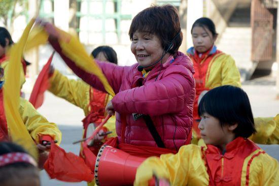 (主图)苏淑珍在指导孩子们练习腰鼓。