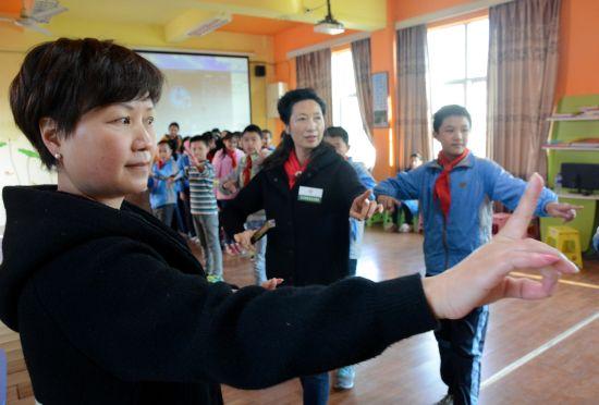 龙岩文艺工作者把传统戏曲引入课堂。