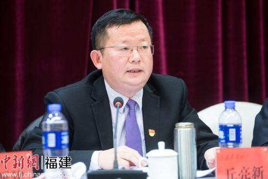 集团党组成员、副总经理丘亮新作了名为《卧薪尝胆促转型 猛进发展增动能》的工作报告,汇报了中国武夷房地产和国际业务发展情况。李南轩 摄