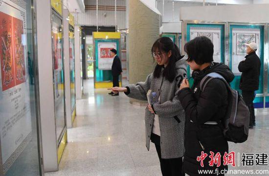 """""""木版上的芳华""""——漳州年画迎春展吸引民众观看。"""