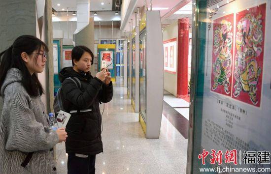 """""""木版上的芳华""""——漳州年画迎春展,营造出新春佳节的传统年俗韵味。"""