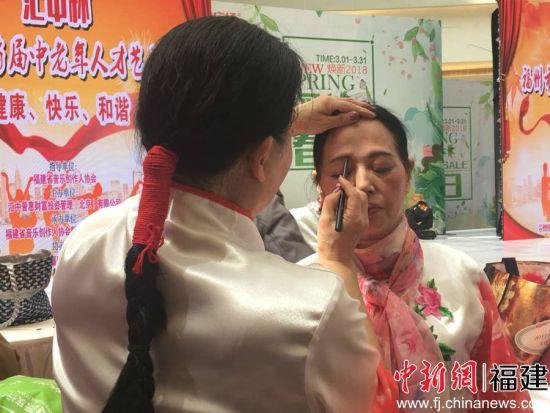 选手正在化妆,积极准备演出。