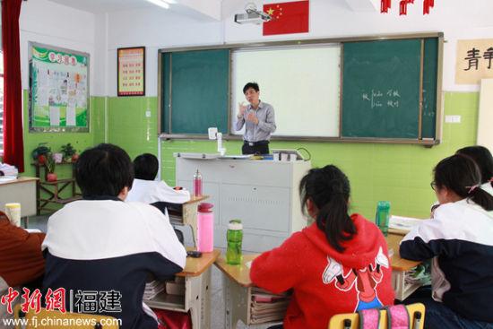 蔡景灿正在给听障班学生上课