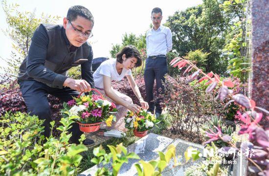 5日,在福州皇天华人陵园,移风易俗文明祭扫标语随处可见,许多市民手捧鲜花,绿色祭扫成清明新风尚。记者叶义斌 摄