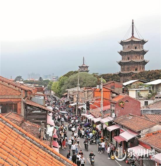 清明小长假期间,游客在市区西街感受泉州古城历史文化魅力。