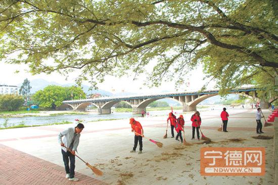 志愿者们清扫河畔垃圾