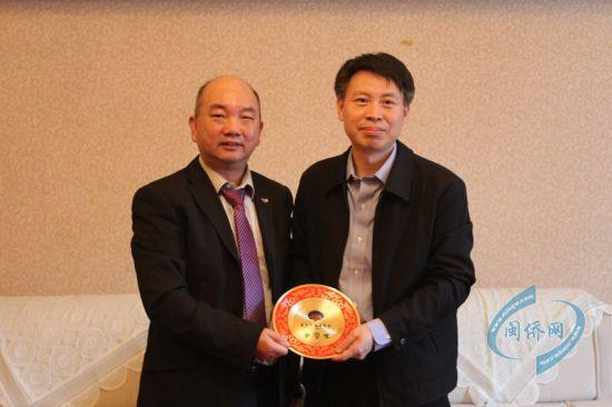 福建省侨办副主任刘良辉(右)在福州会见了爱尔兰福建商会访问团一行。