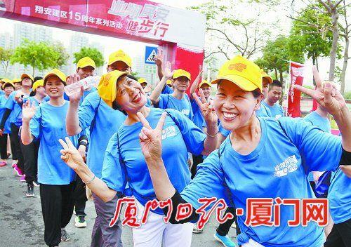参加健步行的人们打出胜利的手势。