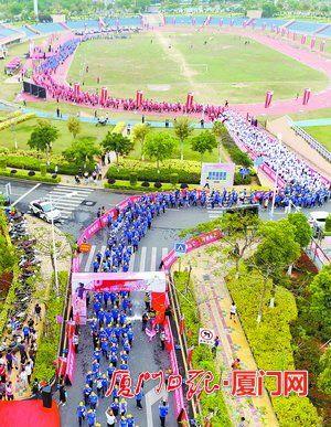参加健步行的队伍从翔安区人民体育广场出发。