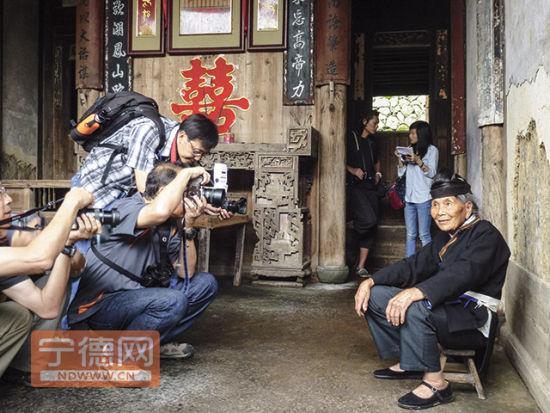 """畲族群众成了中外摄影师镜头下的""""明星""""。"""