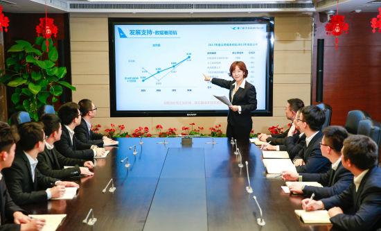 曾毅玮在给新员工讲解飞机融资租赁业务。